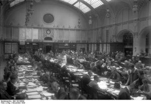 Interessante Aufnahmen aus dem Reichs-Patentamt in Berlin! Blick in die grosse Auslegehalle des Reichspatent-Amtes in Berlin. Hier werden täglich die neueingehenden Erfindungen ausgelegt und durch Sachverständige geprüft.